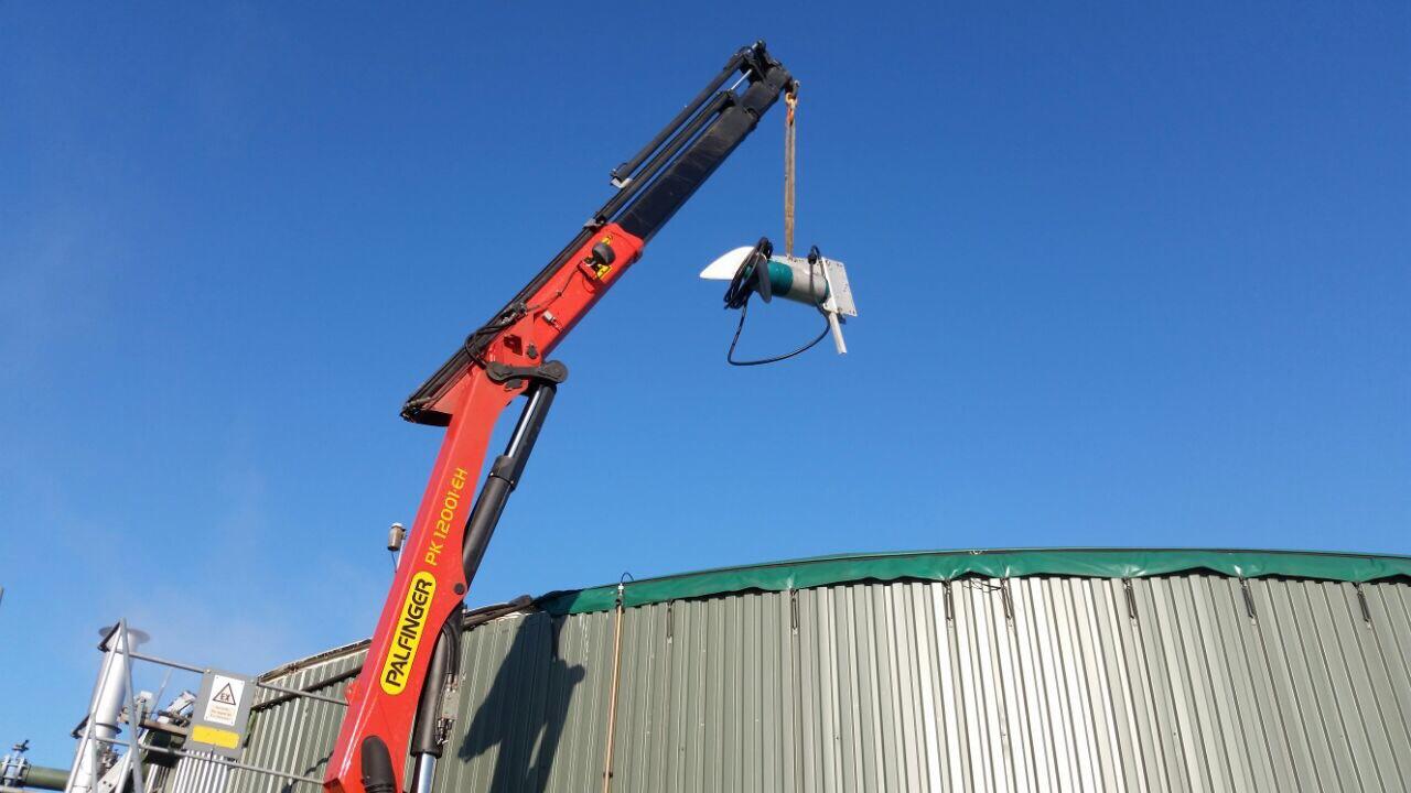 Rührwerktausch mit Autokran an einem Gaspeicher einer Biogasanlage